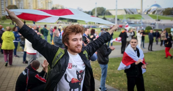 The symbolic image of the Belarusian protest against the Lukashenko regime portrays 22-year-old Kiril wearing a Giffoni t-shirt